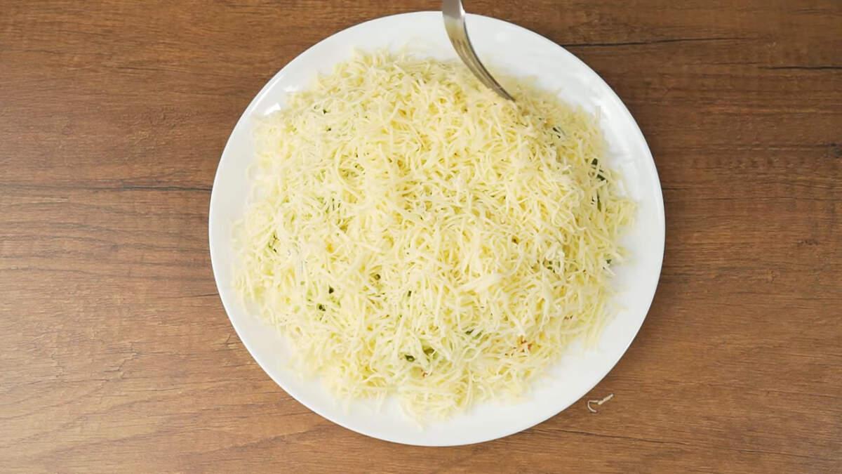 И последним слоем выкладываем тертый сыр.