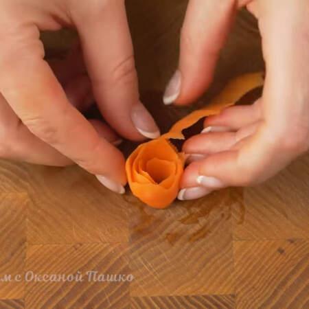Вынимаем полоски и скручиваем из них цветочки. Морковка после такой термической обработки становится более мягкой и не так сильно ломается.