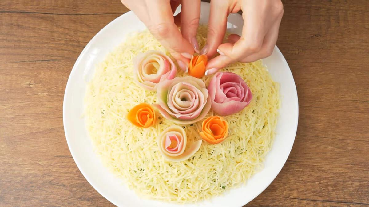 Подготовленные цветами из овощей украшаем салат сверху.