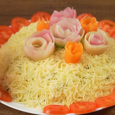 Кружочки помидоров выкладываем по краю тарелки вокруг салата.