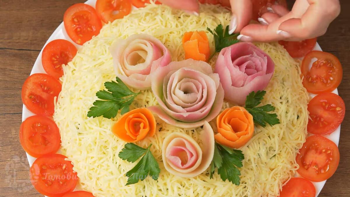 Также салат украшаем листиками петрушки.