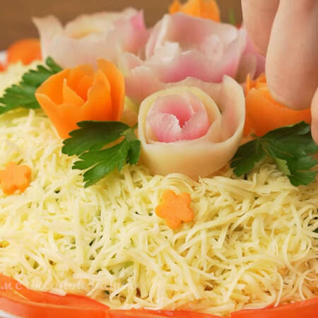 Этими цветочками также украшаем салат сверху. Салат готов, можно подавать на стол.