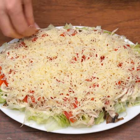 Салат посыпаем тертым сыром.