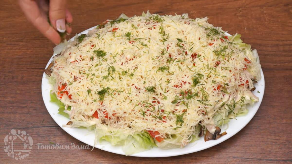 Сверху салат украшаем нарезанным укропом. Салат готов, можно подавать на стол.