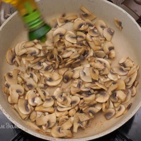 Когда со сковороды испарилась вся жидкость наливаем растительное масло и обжариваем еще 2-3 минуты, до румяной корочки.