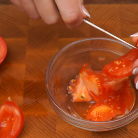2 средних помидора, общим весом примерно 300 г, разрезаем на четвертинки и с каждого кусочка вырезаем середину с семенами, чтоб в салате не было лишней жидкости.