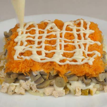 Выкладываем ее третьим слоем.  На морковь тоже наносим майонез.