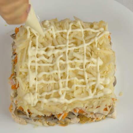 Яблоки кладем на морковный слой и смазываем майонезом.