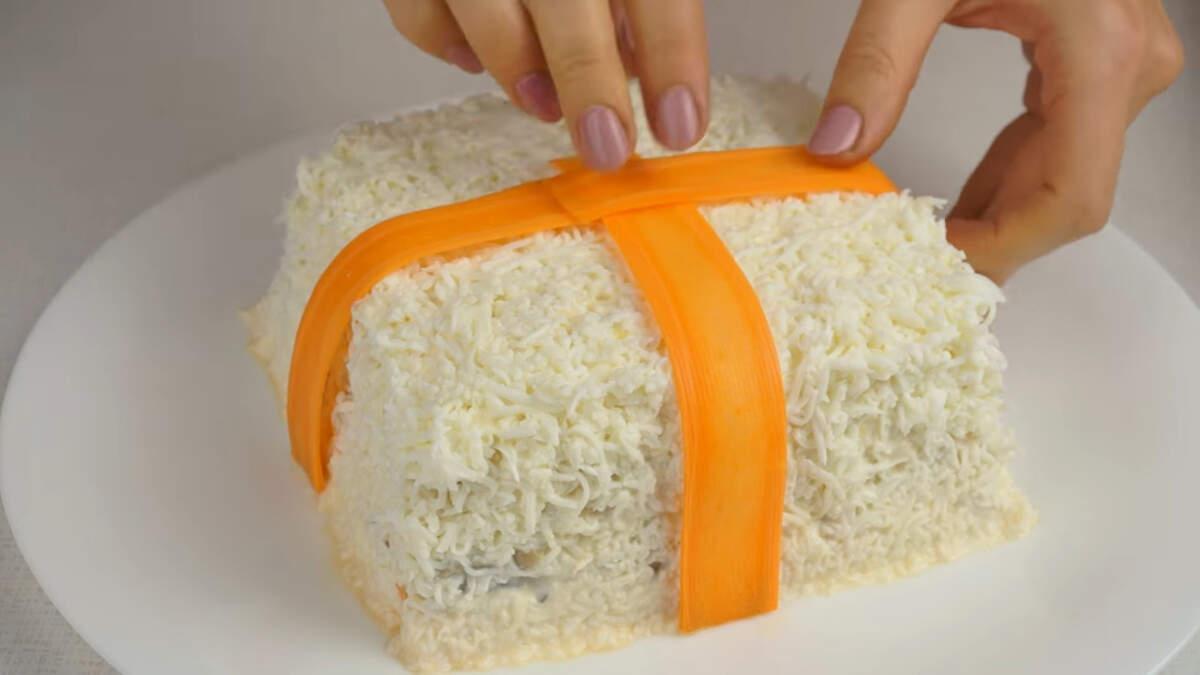 Ленточки из морковки выкладываем на салат.