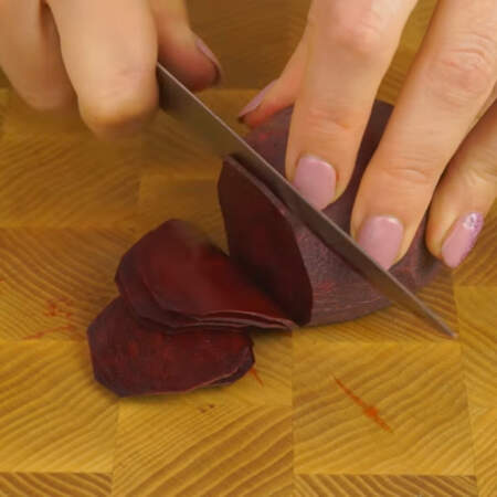 Теперь делаем розу из свеклы. Берем маленькую свеклу и нарезаем ее очень тонкими кружочками.
