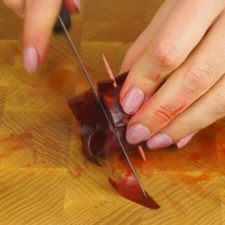 Если роза получилась сильно высокая, обрезаем у нее низ. Также можно обрезать и кончики зубочисток.