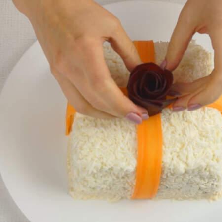 Розу из свеклы ставим по центру салата на морковные ленты.