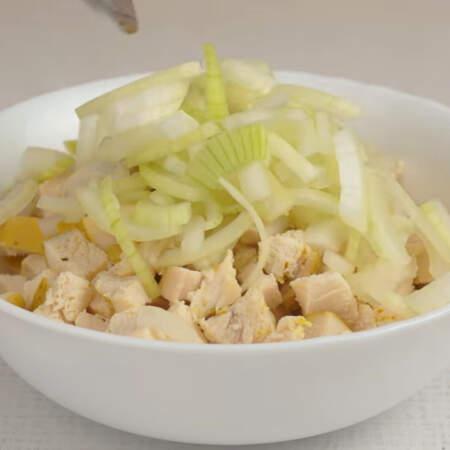 К филе добавляем уже остывший маринованный лук и перемешиваем.