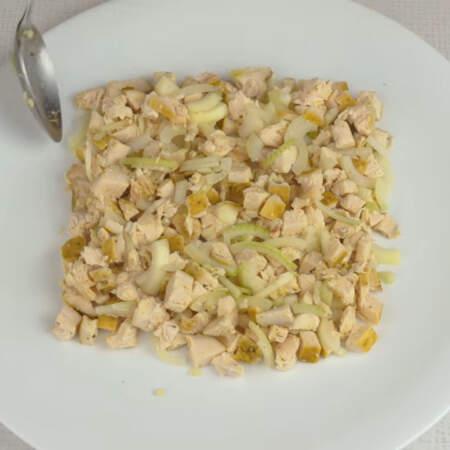 Мясо с луком выкладываем на большую тарелку, формируя квадрат.