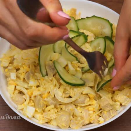 Пластинки огурцов вставляем по кругу в салат имитируя лепестки розы.