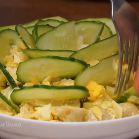 Чтоб было удобней помогаем себе вилкой или ножом. Салат готов, можно подавать на стол.