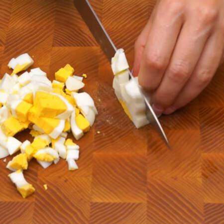 3 вареных яйца режем кубиками.