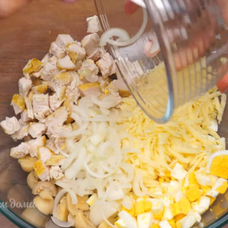 В миску кладем нарезанные грибы, куриную грудку, яйца, сыр и маринованный лук. Все немного солим и перчим.