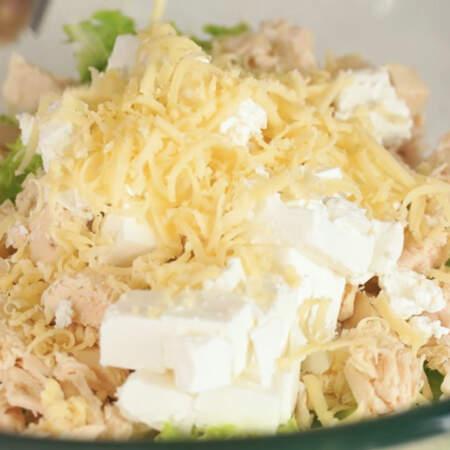 Сюда же в салат натираем твердый сыр на мелкой терке.