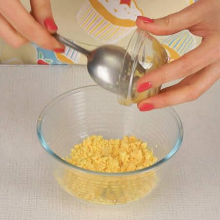 К желткам добавляем 1 ч. л. горчицы и все перемешиваем.
