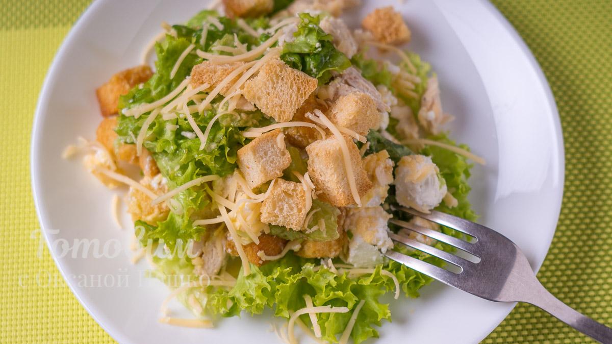 Салат с курицей, сухариками и листьями салата