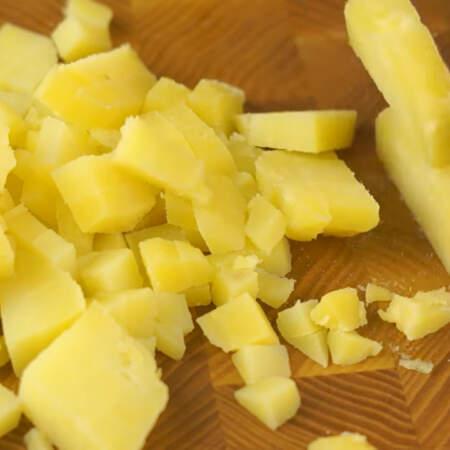 Вареную картошку режем небольшими кубиками.