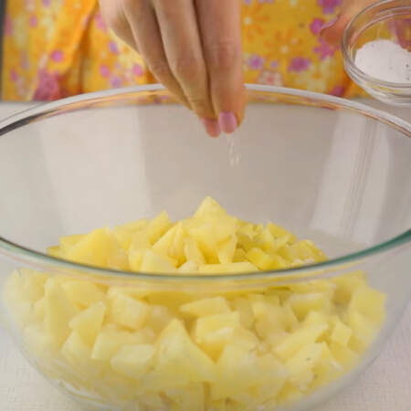 В миску кладем порезанные яйца, лук, куриное мясо, картошку и порезанные ананасы. Салат солим, перчим по вкусу