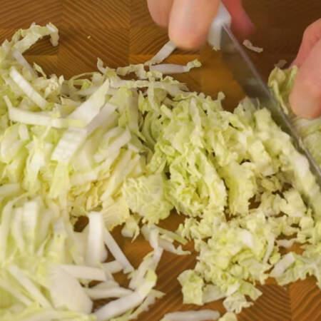 Мелко шинкуем небольшой кочан пекинской капусты.