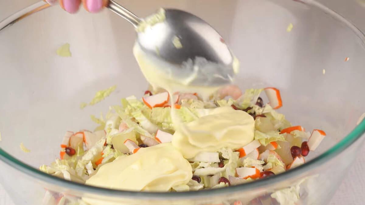 Салат солим по вкусу и заправляем двумя столовыми ложками майонеза. Так как салата получается много, то заправлять салат можно частями перед подачей.