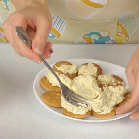 На крекер аккуратно выкладываем половину  яичной массы. Удобней всего это делать вилкой. Первый слой выкладывать сложно, т.к. крекер скользит и сползает.