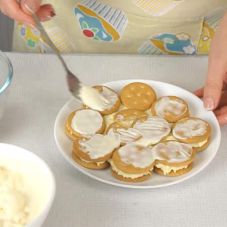 На яичный слой снова выкладываем слой из крекера. Второй и последующие слои печенья кладем точно также, как и первый слой. Крекер сверху смазываем майонезом, чтобы он лучше пропитался.