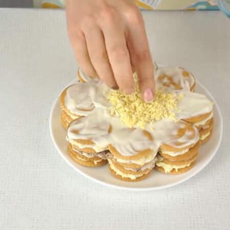 По средине салата выкладываем круг из натертого желтка.
