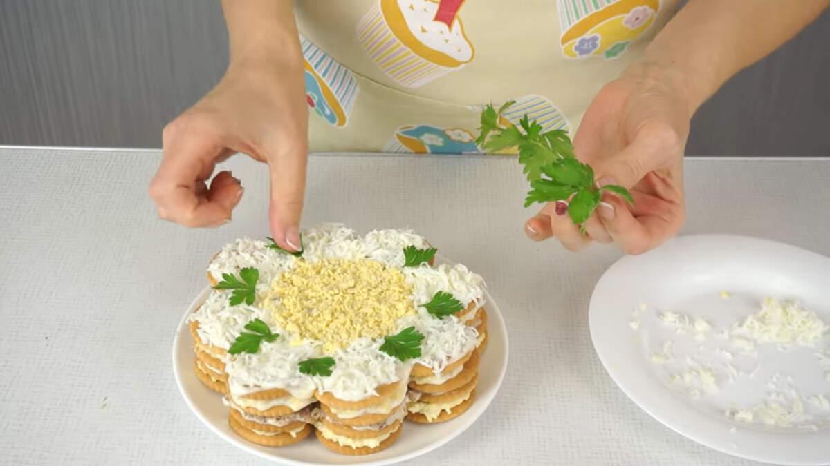 Также торт салат украшаем листиками петрушки.  Точно также складываем и второй салат.  Готовому закусочному торту нужно дать настояться и пропитаться в холодильнике несколько часов, в идеале - ночь.
