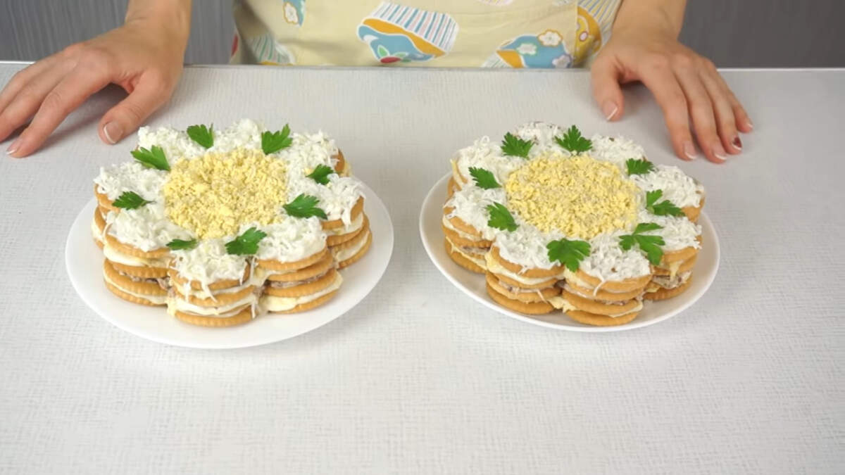 Вот такие два красивые и очень вкусные закусочные торты-салаты у меня получились. После пропитки крекер становится мягким и отлично сочетается со всеми ингредиентами.  Обязательно приготовьте такой торт-салат. Это просто и вкусно.