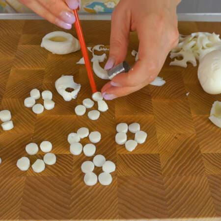 Маленькой  круглой формочкой вырезаем кружочки. Эти кружочки будут лепестками для цветов. Я для салата сделала 9 цветков по 5 лепестков в каждом.