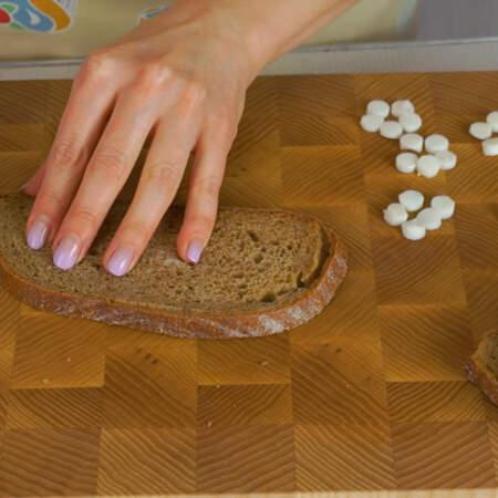 У черного хлеба срезаем корочку, из нее мы будем делать ствол дерева и ветки.