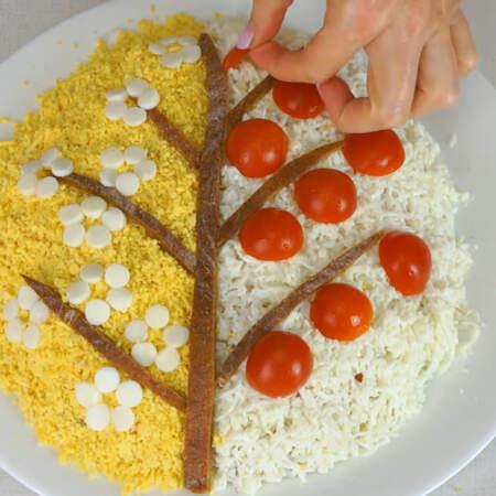 Половинки помидоров выкладываем на белую часть салата, имитируя фрукты.