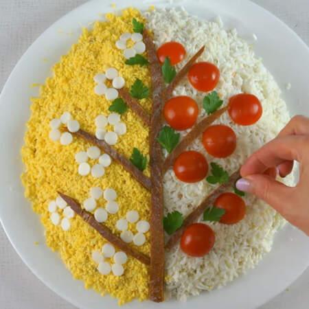 Украшаем дерево листьями, для этого берем листья петрушки и украшаем салат.