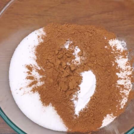 Сначала испечем шоколадный бисквит. Смешиваем все сухие ингредиенты. В миску насыпаем 2,5 стакана муки, 2 стакана сахара, 6 ст.л.с горкой какао, 1,5 ч.л. соды и 1,5 ч.л. разрыхлителя для теста.