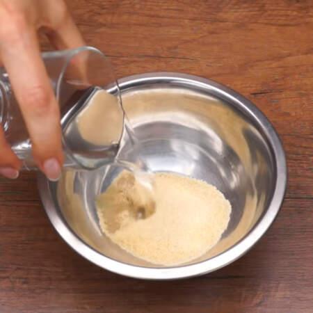 В мисочку насыпаем 25 г желатина и наливаем 150 мл воды комнатной температуры.