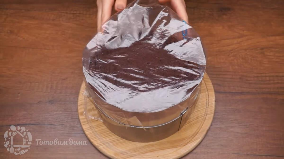 Торт накрываем пищевой пленкой и ставим застывать в холодильник минимум на 4 часа, а лучше на ночь.