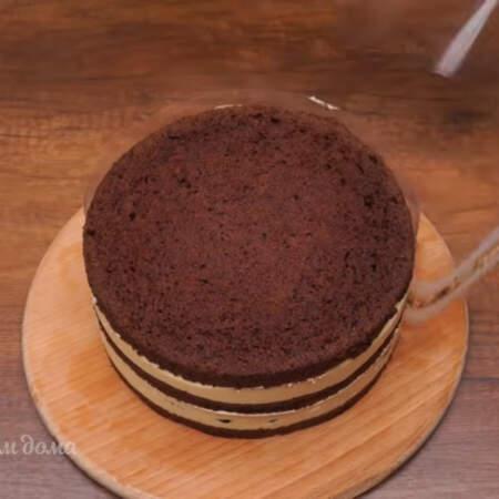 Вынимаем торт из кольца и снимаем ацетатную пленку.