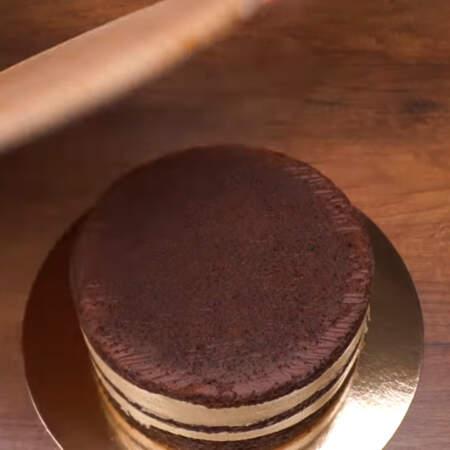 Торт переставляем на подложку или блюдо на котором будем подавать его на стол.