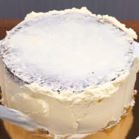Затем наносим следующий, уже толстый слой крема, которым выравниваем торт.