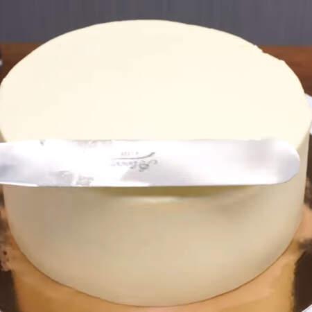 Торт выравниваем с помощью кондитерского шпателя, если его нет, то можно использовать пластмассовую линейку-уголок с углом 90 град. Торт ставим в холодильник, чтоб застыл крем.