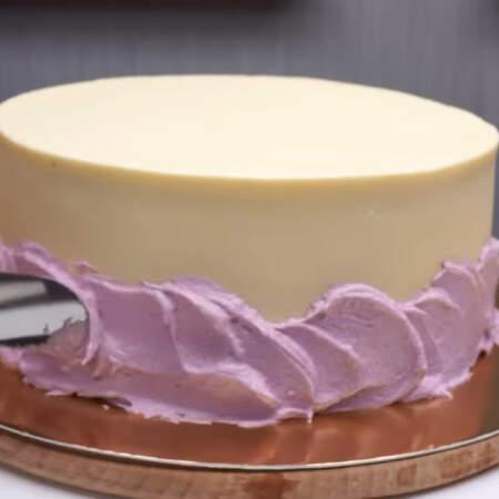 Приготовленный крем фиолетового цвета наносим на бока торта примерно до середины.