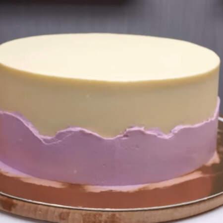 Выравниваем его шпателем. Торт ставим в холодильник застывать.