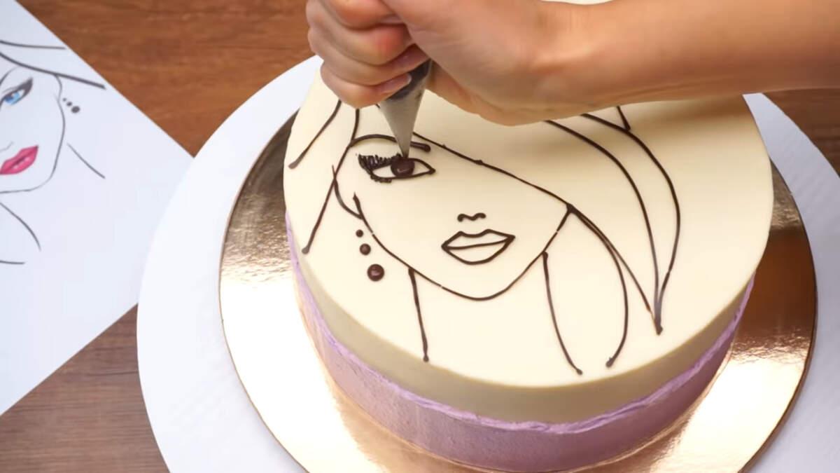 Дорисовываем мелкие детали с помощью растопленного шоколада прямо на торте. Ресницы, серьги, еще немного выделяем бровь и зрачок.
