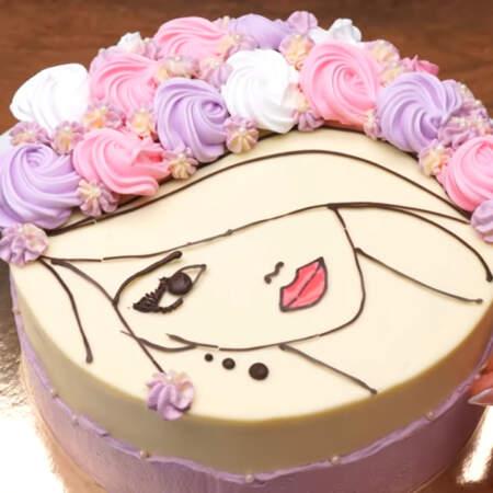Также сахарными бусинами украшаем бока торта.