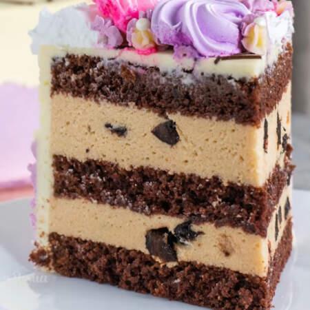 В нем отлично сочетается насыщенный шоколадный бисквит и нежный крем из взбитых сливок со сгущенкой. А кусочки чернослива отлично дополняют эту композицию.